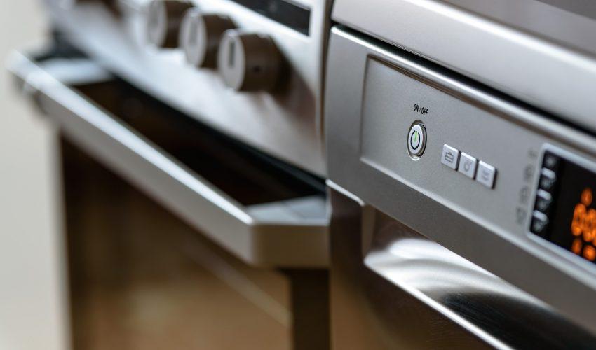 Eine Spülmaschine und ein Ofen stehen in der Küche