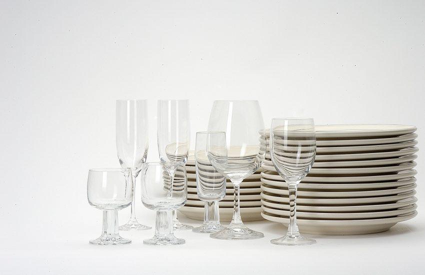 3 Stapel mit Teller und Gläser