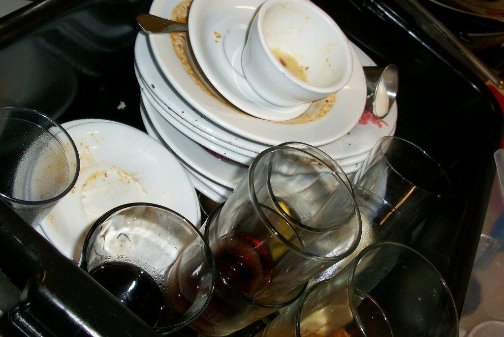 Dreckiges Geschirr auf einem Stapel