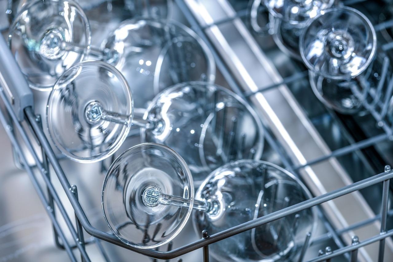 Eine Spülmaschine mit sauberen Weingläsern