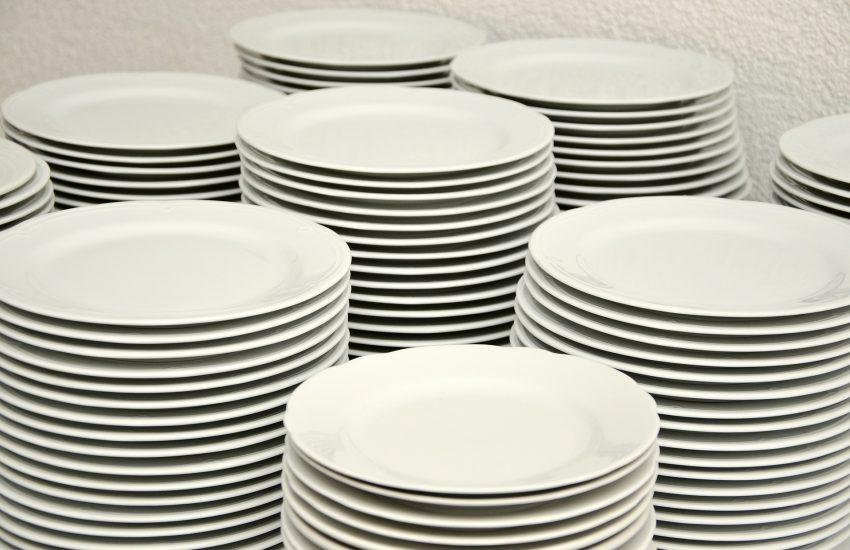 7 stapel weißer Teller